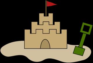 Sandburg mit Schaufel