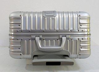 Ein Koffer mit metallischer Schale